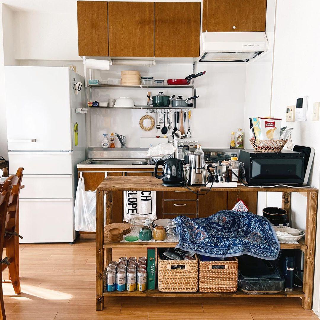 壁面側にキッチンが備えついているときに悩ましいのが、調理家電や食器類を収納スペースがないこと。ちょうど良いサイズの収納家具がないときには、思い切って作ってみてもいいかもしれません。キッチンとリビングの仕切りにもなりますよ。