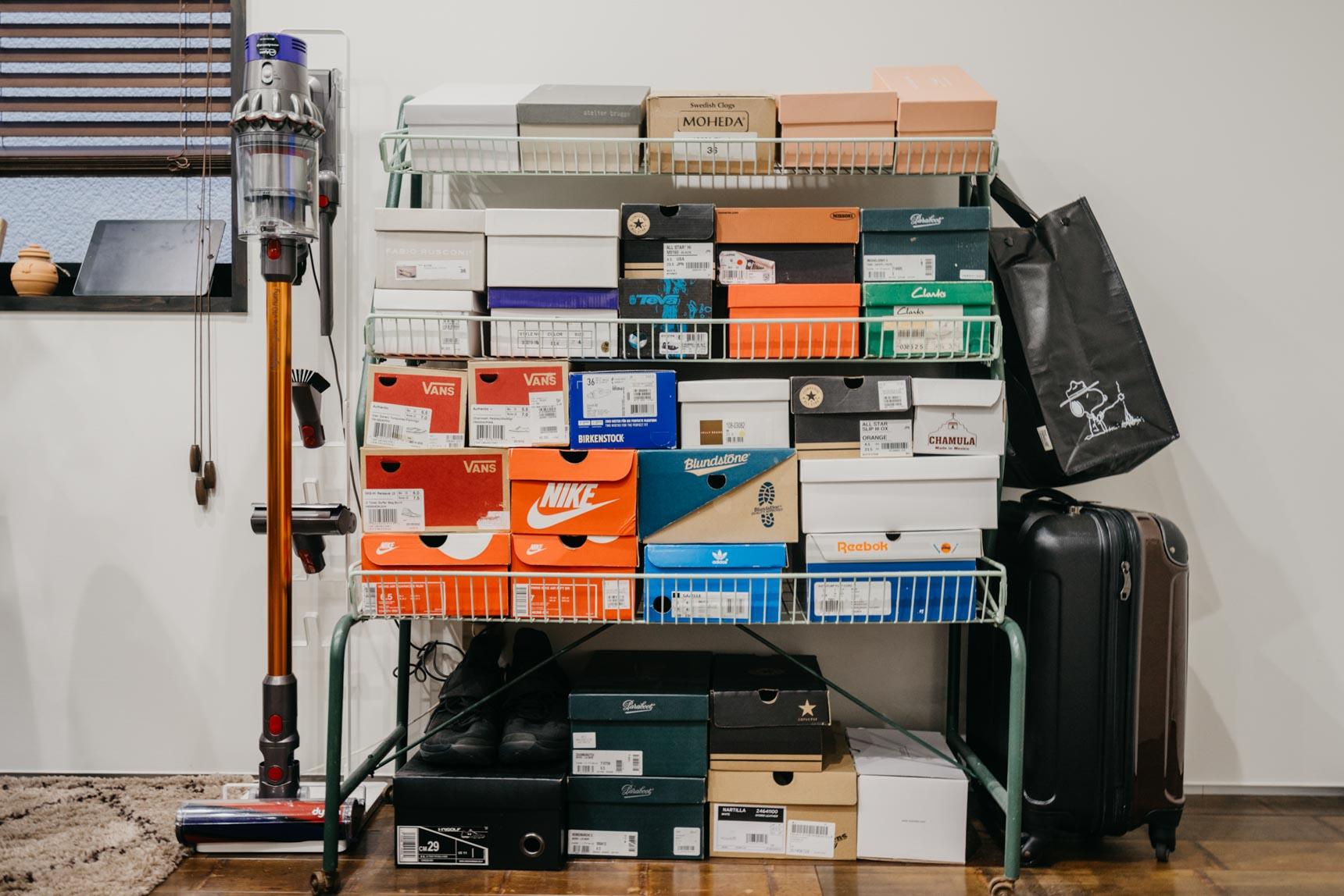 スニーカーを山ほど持っている二人暮らしのお部屋では、あえてリビングに箱ごと並べて収納していました。色味を合わせて積み上げることでインテリアの一つになっていますね。