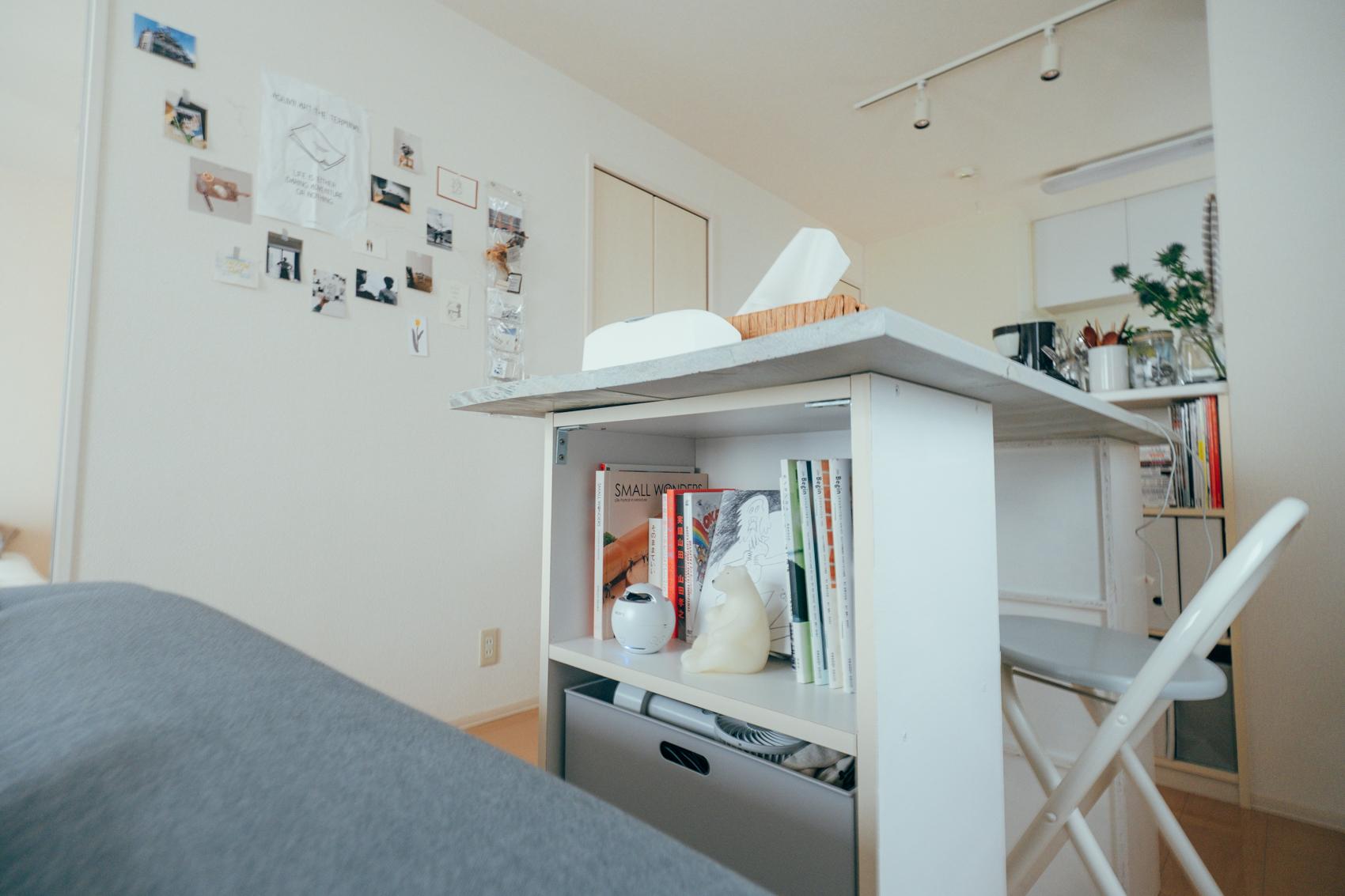 一人暮らしのころに使っていたカラーボックスを使って、ダイニングテーブルを作ってしまった事例。本や日常使う細々としたアイテムも収納できて、一石二鳥です。