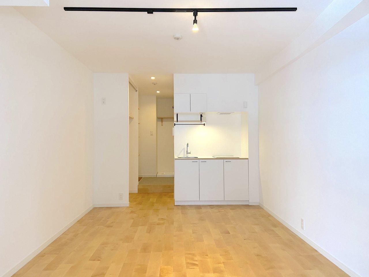 キッチンは空間にスッと馴染むホワイト。上下に収納もあり、幅も広めです。