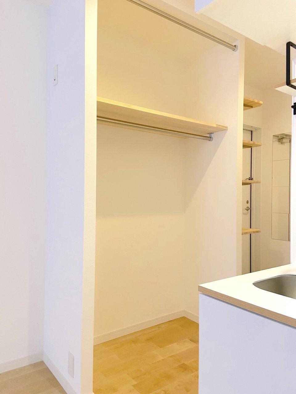 キッチンのお向かいにはオープンクローゼット。扉をあえてなくすことでお部屋をより広く感じられるようになっています。目隠ししたい、という方はご自身でカーテンを付けることも可能です。