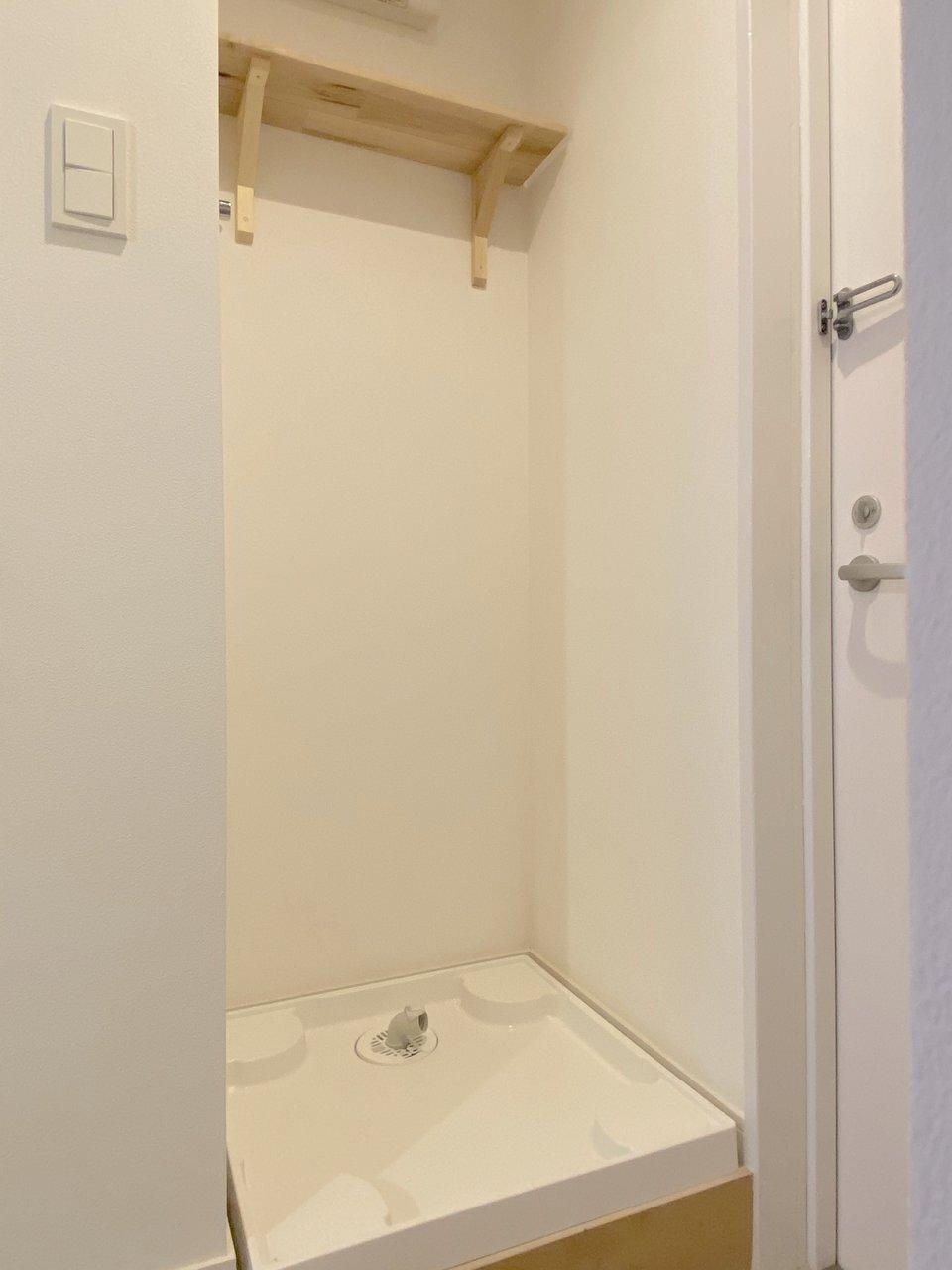 洗濯機置き場の上にも木材が使われています。上に洗剤や洗濯物カバーを置いておけるのは助かりますね。(202号室)