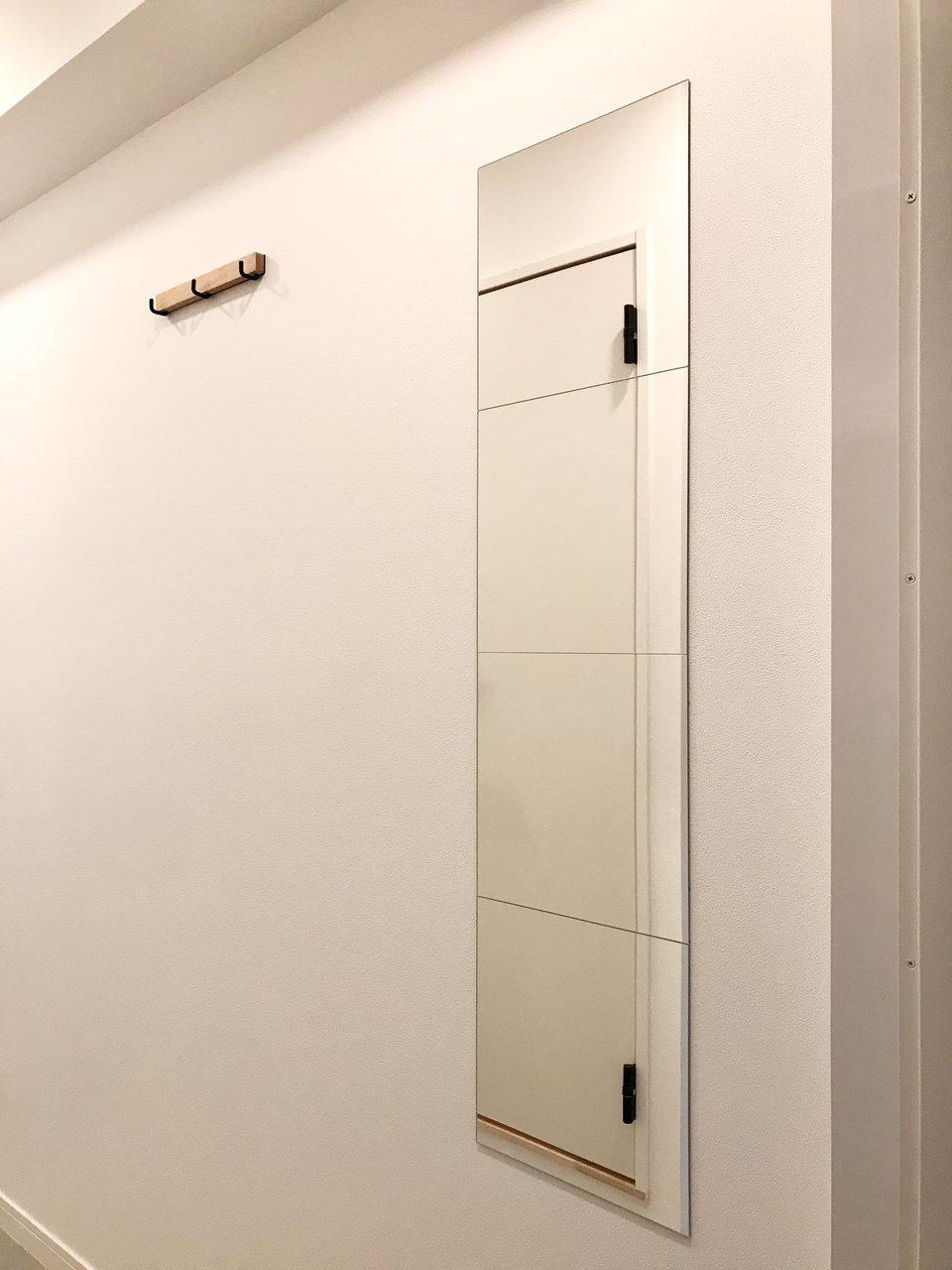 玄関横には姿見とフックが3つ。お出かけ前にファッションの最終チェックも簡単にできますね。(408号室)