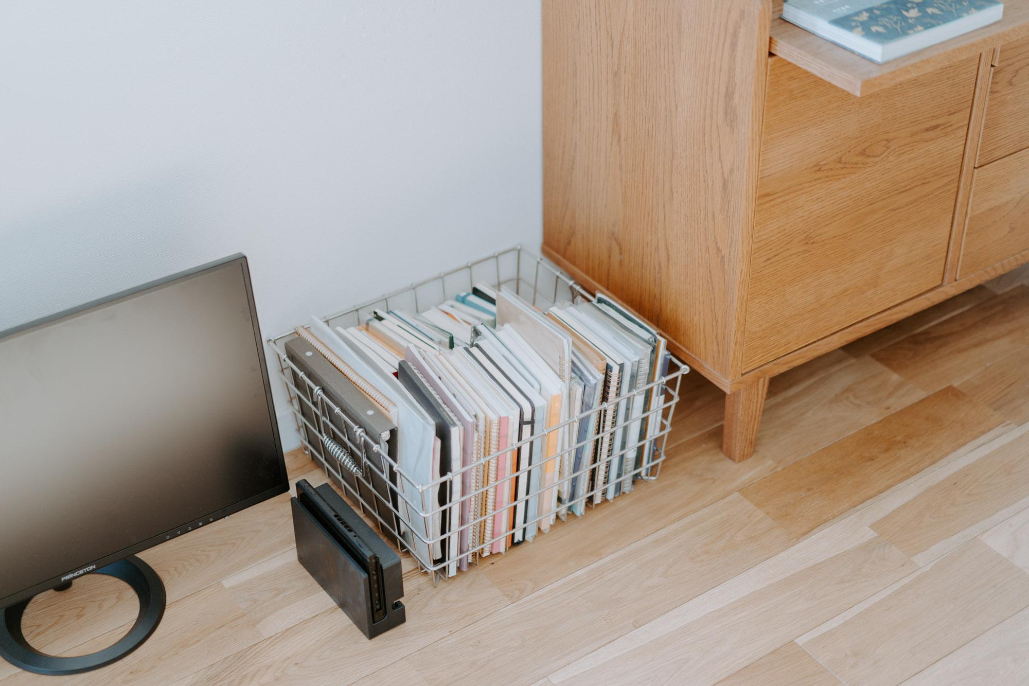 ワンルームで仕事をしていて気になるのが、「リラックスタイムに、仕事道具が目に入るとゆっくりできない」というもの。仕事が終わったらできるだけすぐに、パソコンや手帳、書類などを片づけられる大きめのBOXを用意するといいですね。