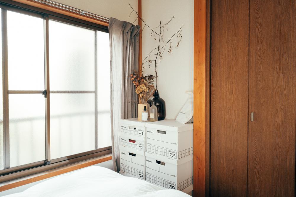 fellowsのボックスでおしゃれにすっきりと収納する方法もおすすめ。ざっくり収納できるシンプルさも良く、置いているだけでも部屋のインテリアになる格好良さもあります。
