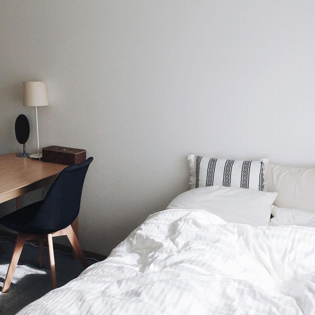 部屋の中で、大きな家具はこのダイニングセットとベッド、あとはテレビボードのみ。