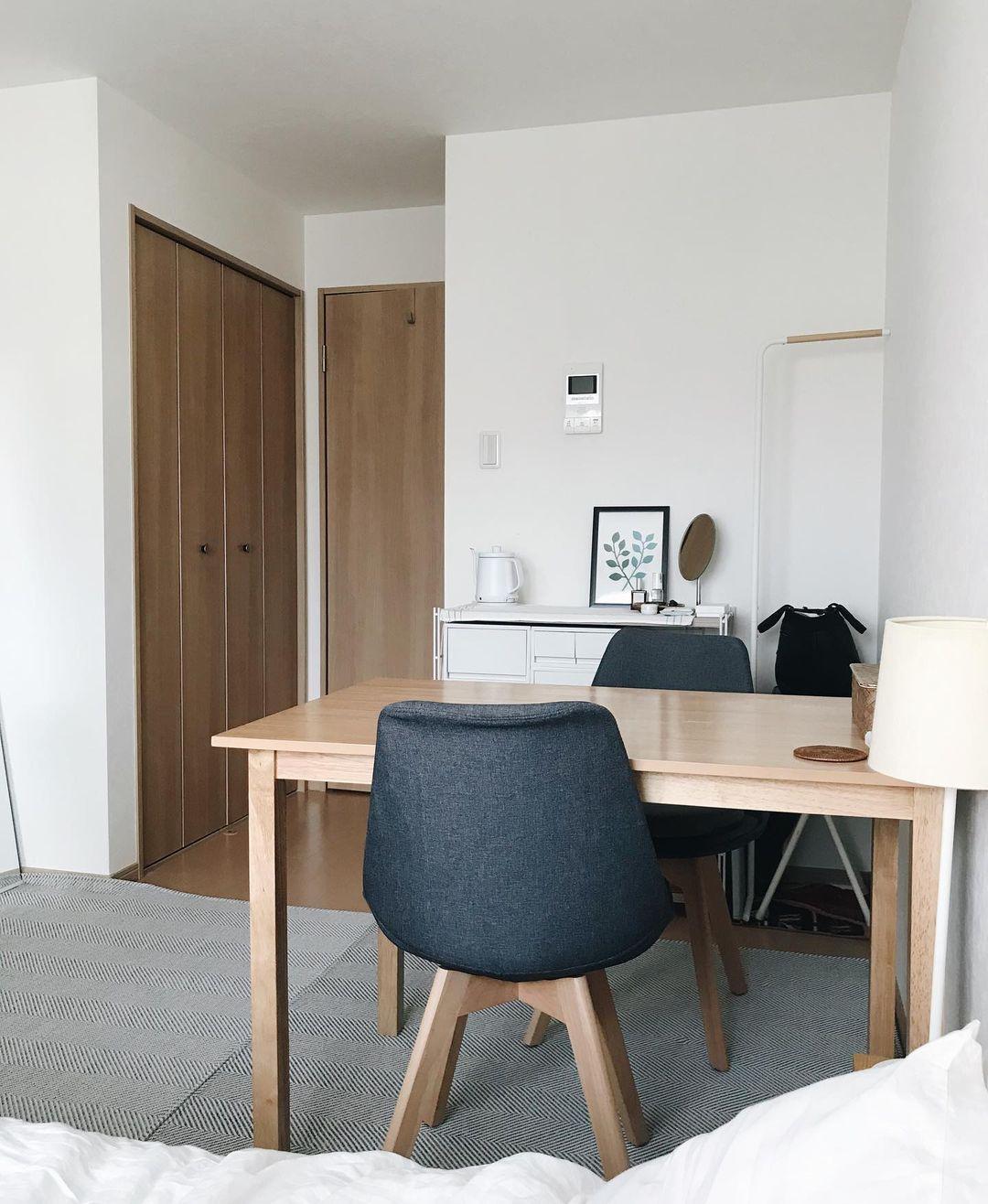 6畳ほどのお部屋は、窓側にベッド、真ん中にダイニングテーブルという配置です。