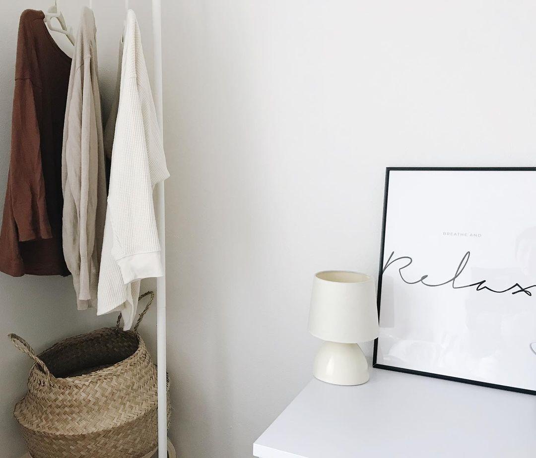 普段はクローゼットの中にしまっておけるくらいのサイズ感で、洗濯物を干したり、来客時に出して使える「tower」のスリムコートハンガーがお気に入り。