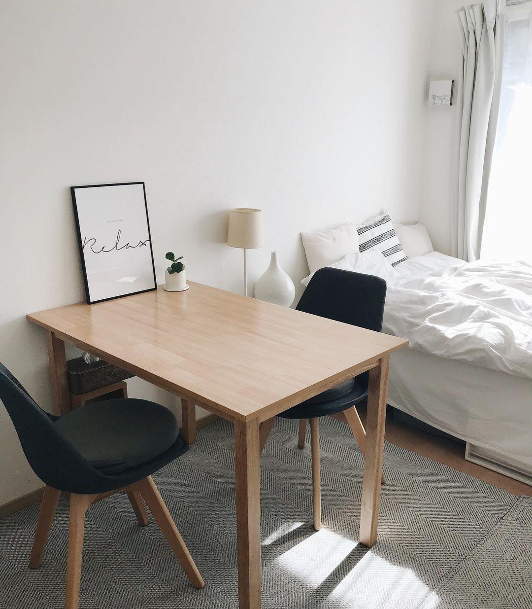部屋の真ん中にダイニングテーブルをひとつ。シンプルモダンな一人暮らしの1Kインテリア