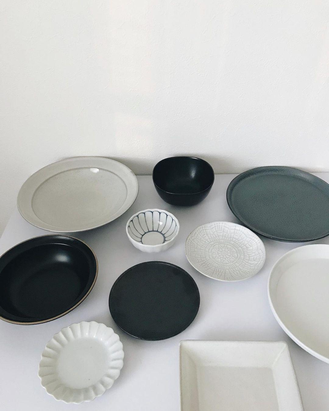器も、形はさまざまなものがありながら、白、黒、グレーとモノトーンで揃えられています。