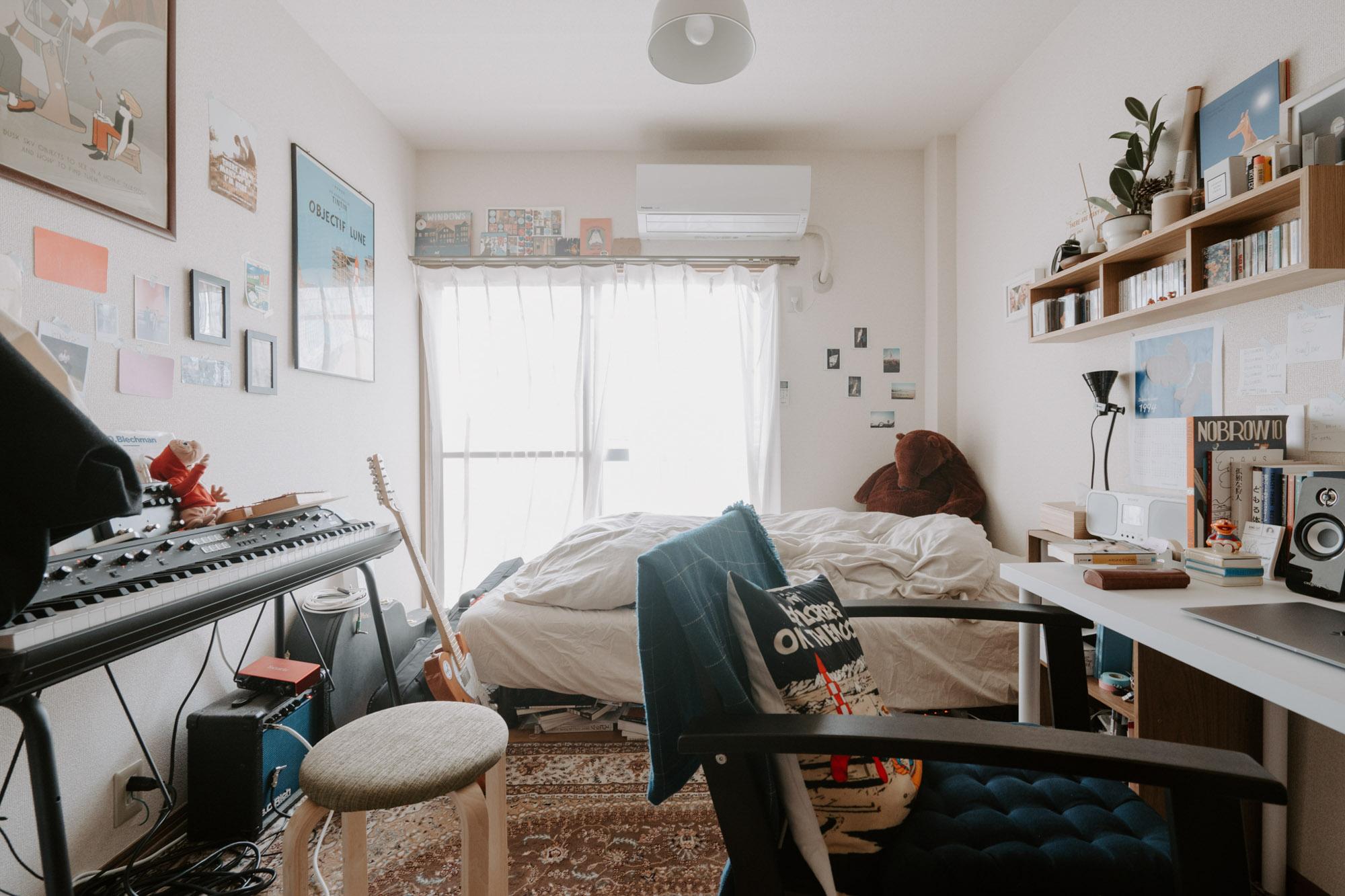寝室兼作業部屋にもピアノ。(福富さんのお部屋をもっと見るにはこちらの記事を)