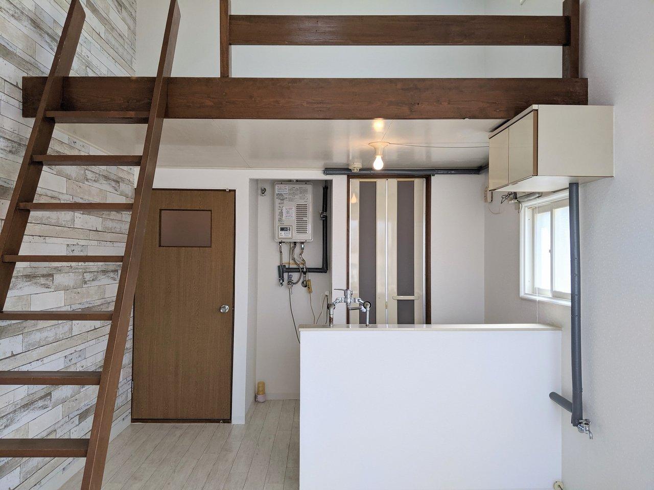ブロック調のアクセントクロスがおしゃれな、ワンルーム。天井が高く、開放感があります。