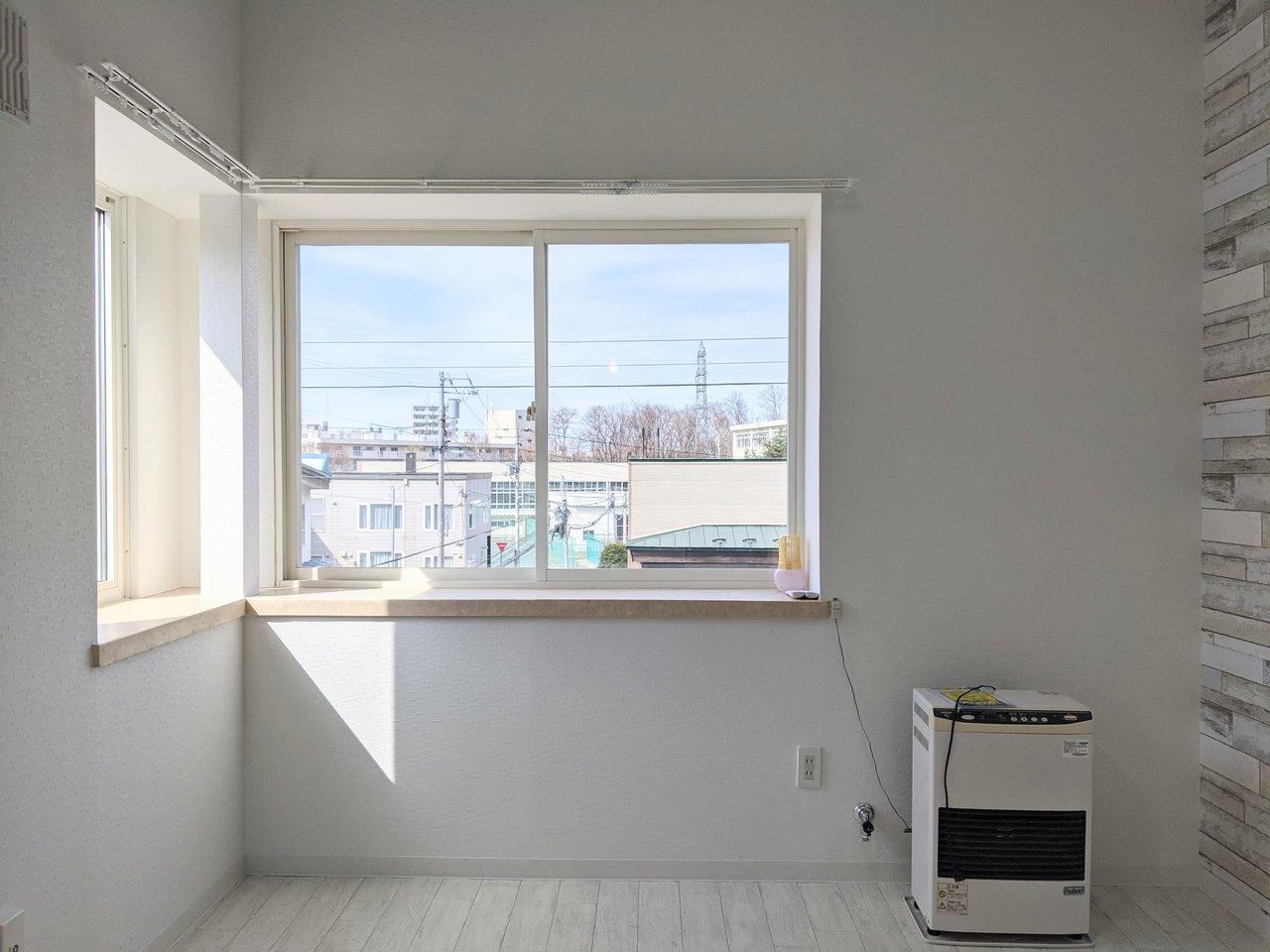 室内は白を基調としていて、二面に窓があります。周辺に大きな建物がないので、見晴らしもいいですよ。