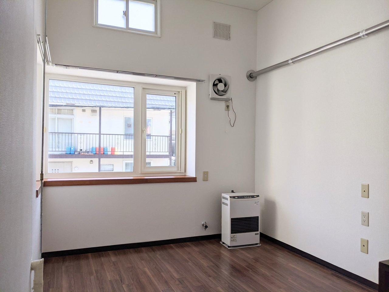たっぷり9畳あるワンルーム。南東向きの二面採光のお部屋です。天井が高いので、高い位置にも窓があるのがうれしいですね。