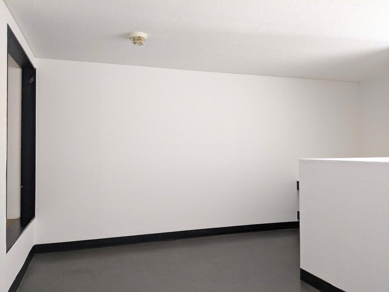 ロフト部分も3畳ほどの広さがあります。L字型になっているので、ゆったり使えます。奥行き1メートルほどの収納スペースもあるので、かなり荷物は置けそうです。