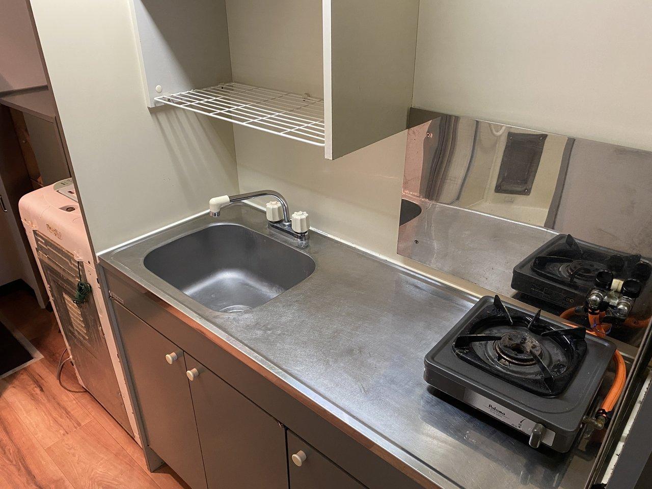 キッチンはコンパクトですが、作業スペースが確保されているので、調理する際に役立ちそう!