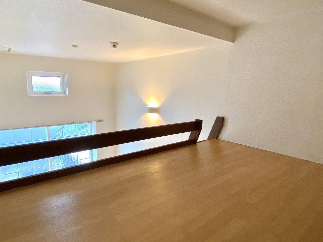 ロフトもゆったりとした広さがありますね。天井近くの間接照明がお部屋を優しく照らしてくれます。