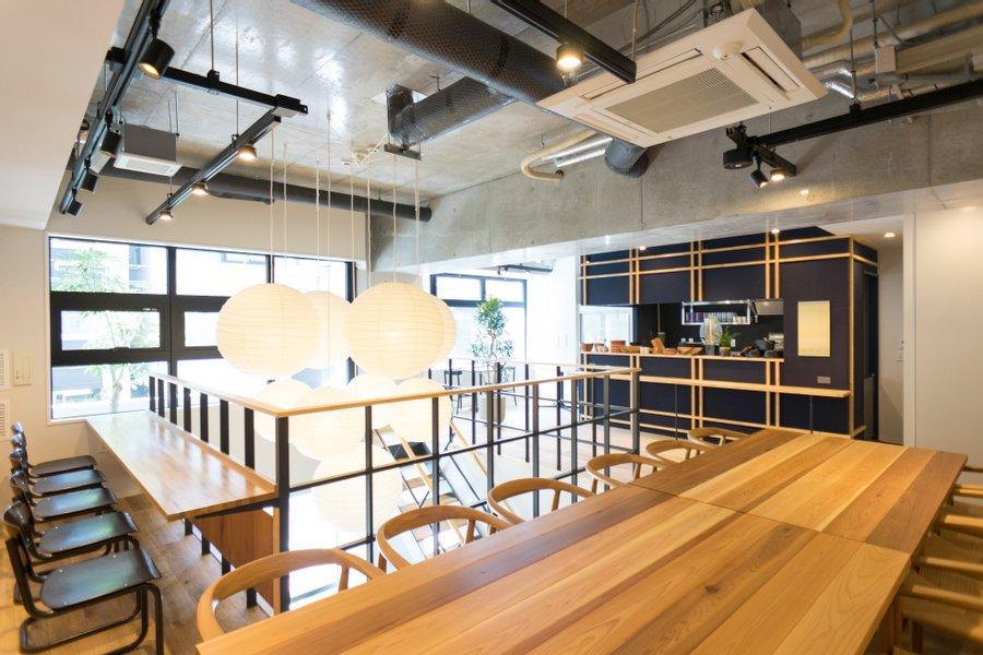 吹き抜けで開放的な感覚を味わえるカフェラウンジは共有スペースとなっています。仕事や作業をする際に利用しましょう。共有のキッチンもあるので、自炊をする方にもおすすめ。