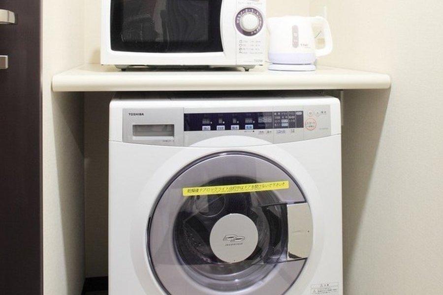 東急ステイのホテルでうれしいのは、なんといっても乾燥機付き洗濯機と電子レンジなどの生活家電が室内についているということ。わざわざランドリーへ足を運ばなくていいんです。