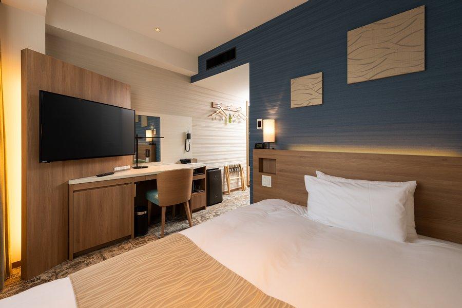 シングルルームは横幅がある高品質のマットレスと広めのデスクが備わっています。在宅ワークが可能な方にはうれしい設備です。