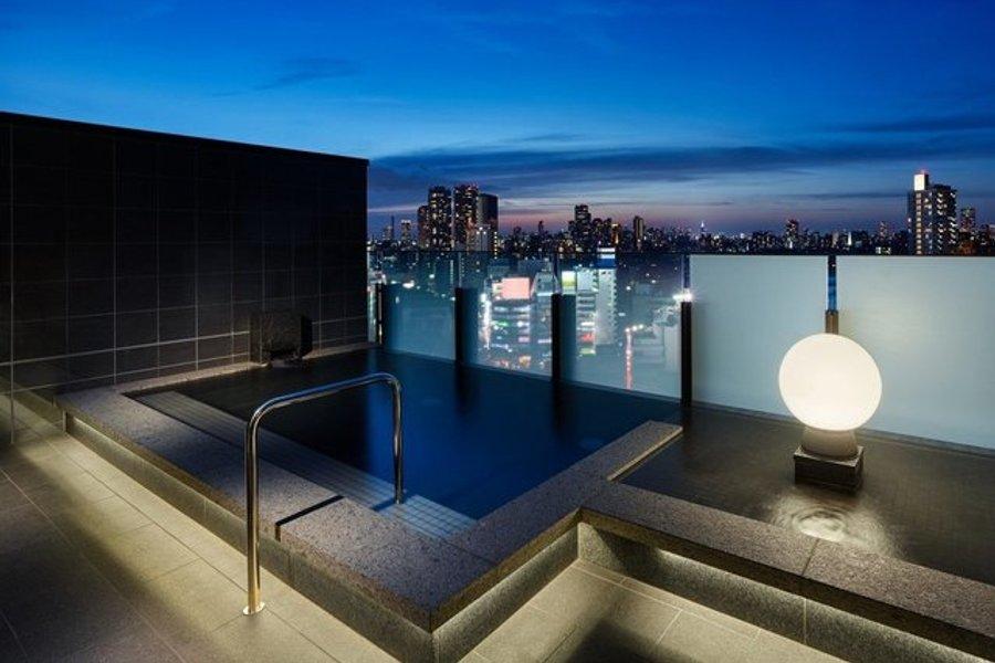 しかも大浴場と露天風呂付き。非日常のひと時を過ごすことができます。