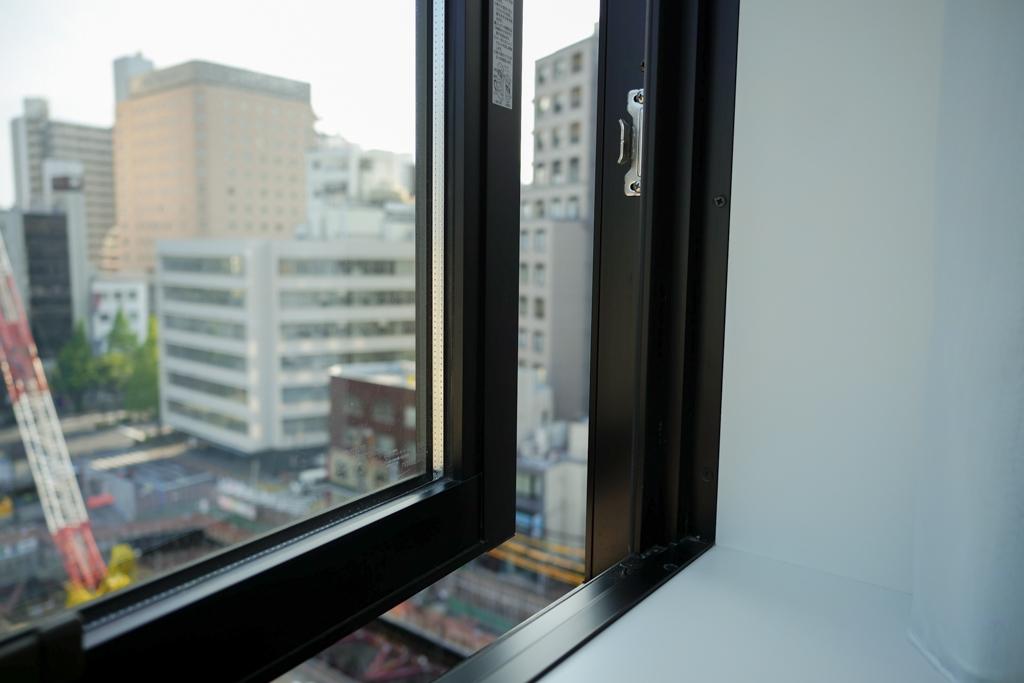 窓も少しですが開きます。換気にもなり、フレッシュな空気が入ってくるのでいいですね。