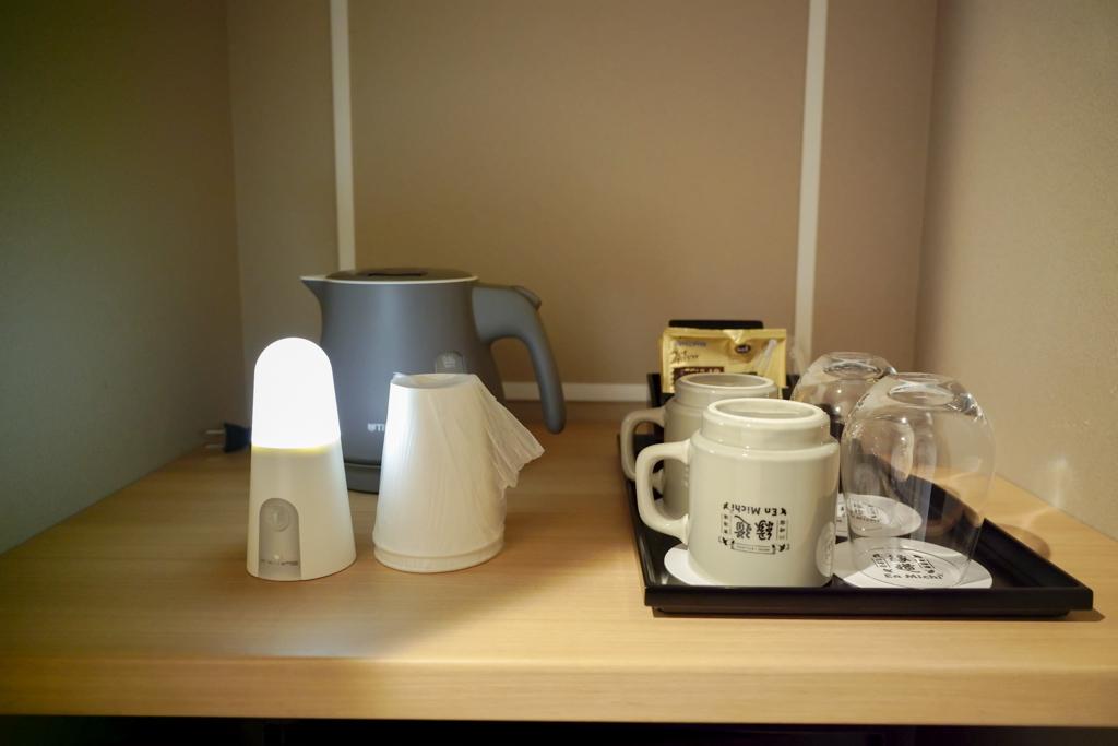ケトルやマグカップ、コーヒーなどのサービスも充実しています。