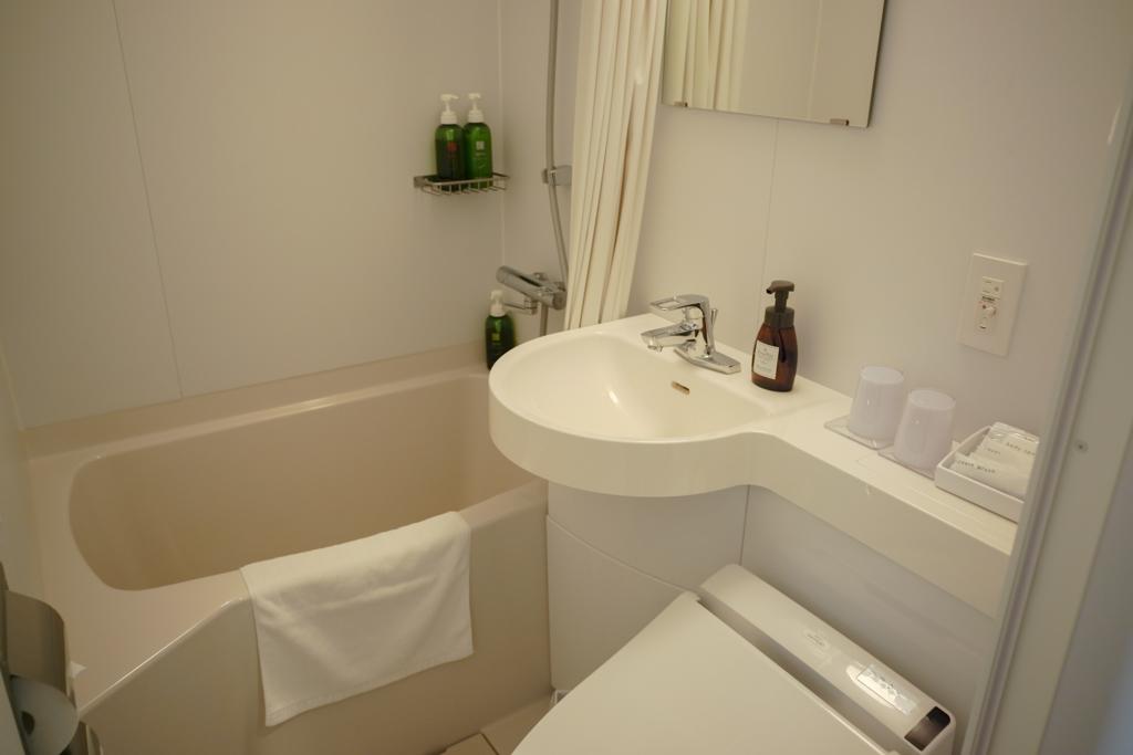 バスルームはトイレと洗面台も一緒になった、3点ユニットタイプ。夜はお風呂にも浸かってゆっくりできました。アメニティも一通り揃っています。