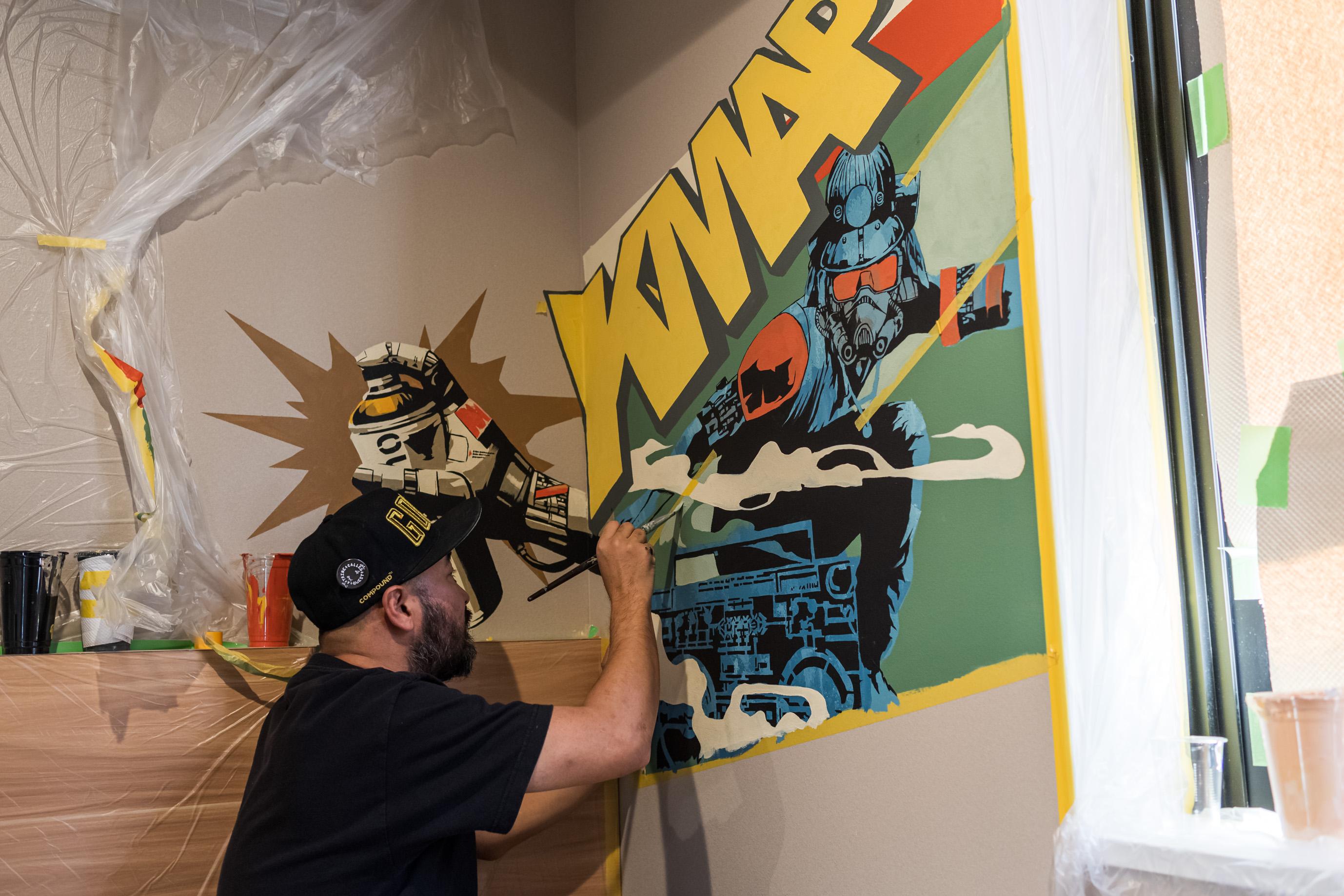 実際に部屋の壁に作品を描く様子(写真提供:縁道)