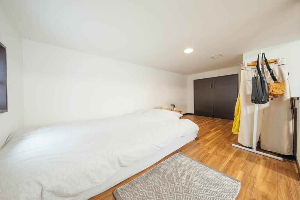 狭いワンルームや、ロフトにベッドを置く場合は、床からの高さが低いローベッドを選択するのもおすすめ。空間を広く見せる効果があります。