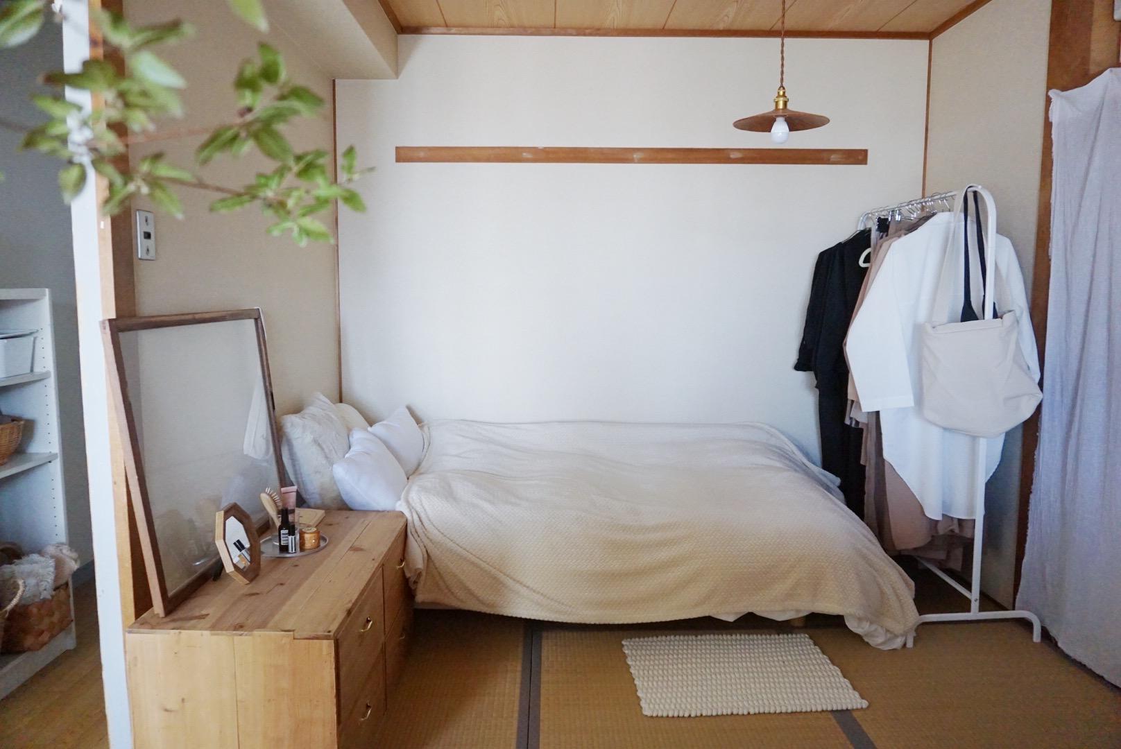 和室のあるお部屋にベッドを置いて暮らしている方。こちらもモノを置かずにシンプルな印象です。和の温かみに合わせて棚や照明をチョイスしているので、統一感もあり、安心できる空間に。