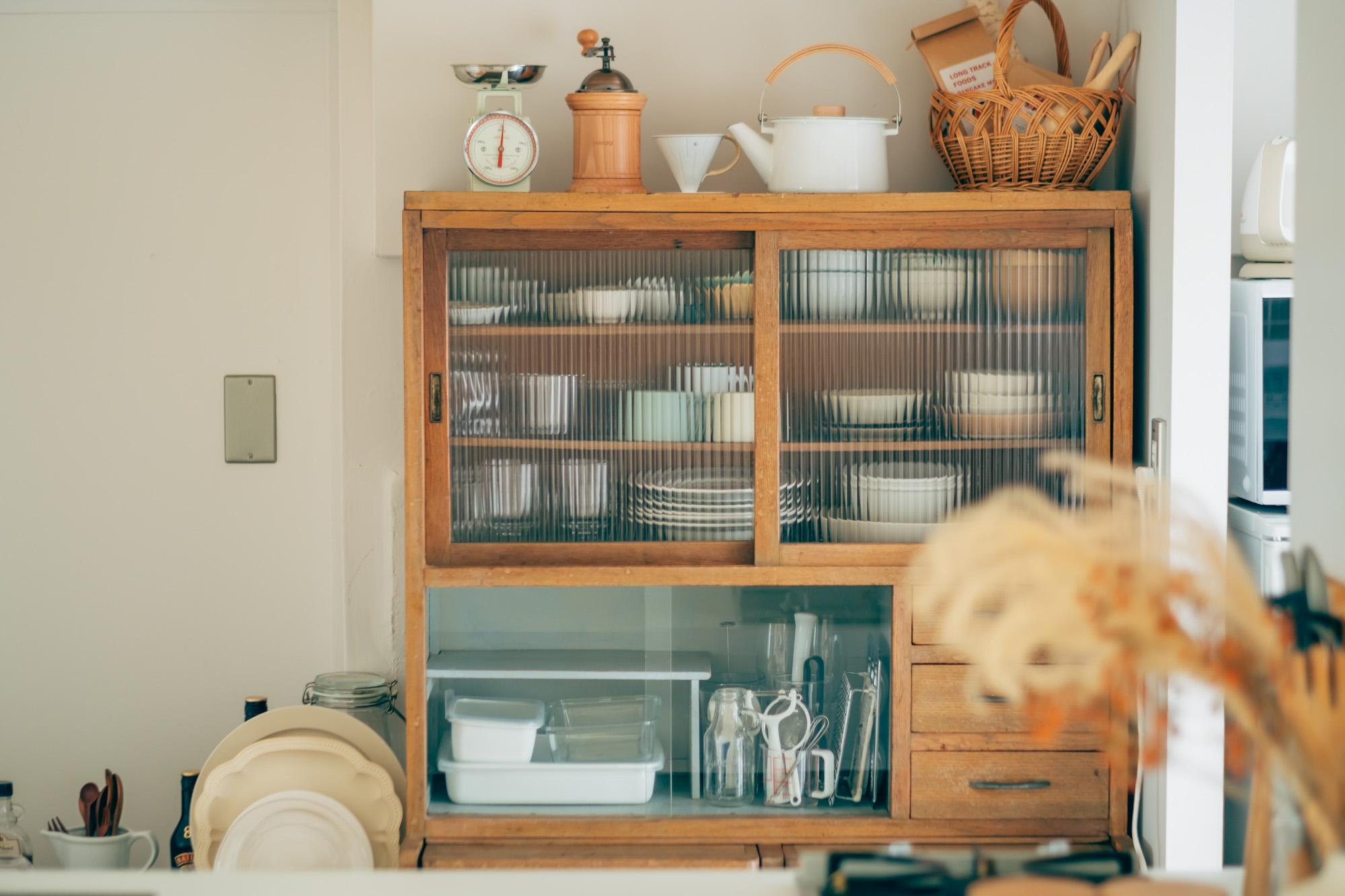 キッチンの主役は、お気に入りだというこちらの食器棚。お引越しの際に「通り道でピックアップできる中古家具」をネットの掲示板で探し、見つけたものだそう。「新しいものよりも、しっくりきています」