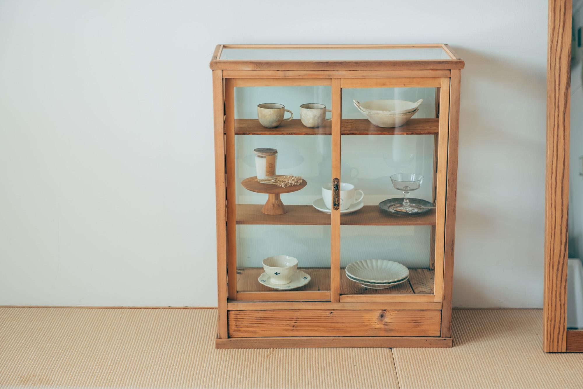 麻畳とも雰囲気ぴったりのこちらのガラスキャビネットは、Instagramで見つけた古道具屋さんで購入。