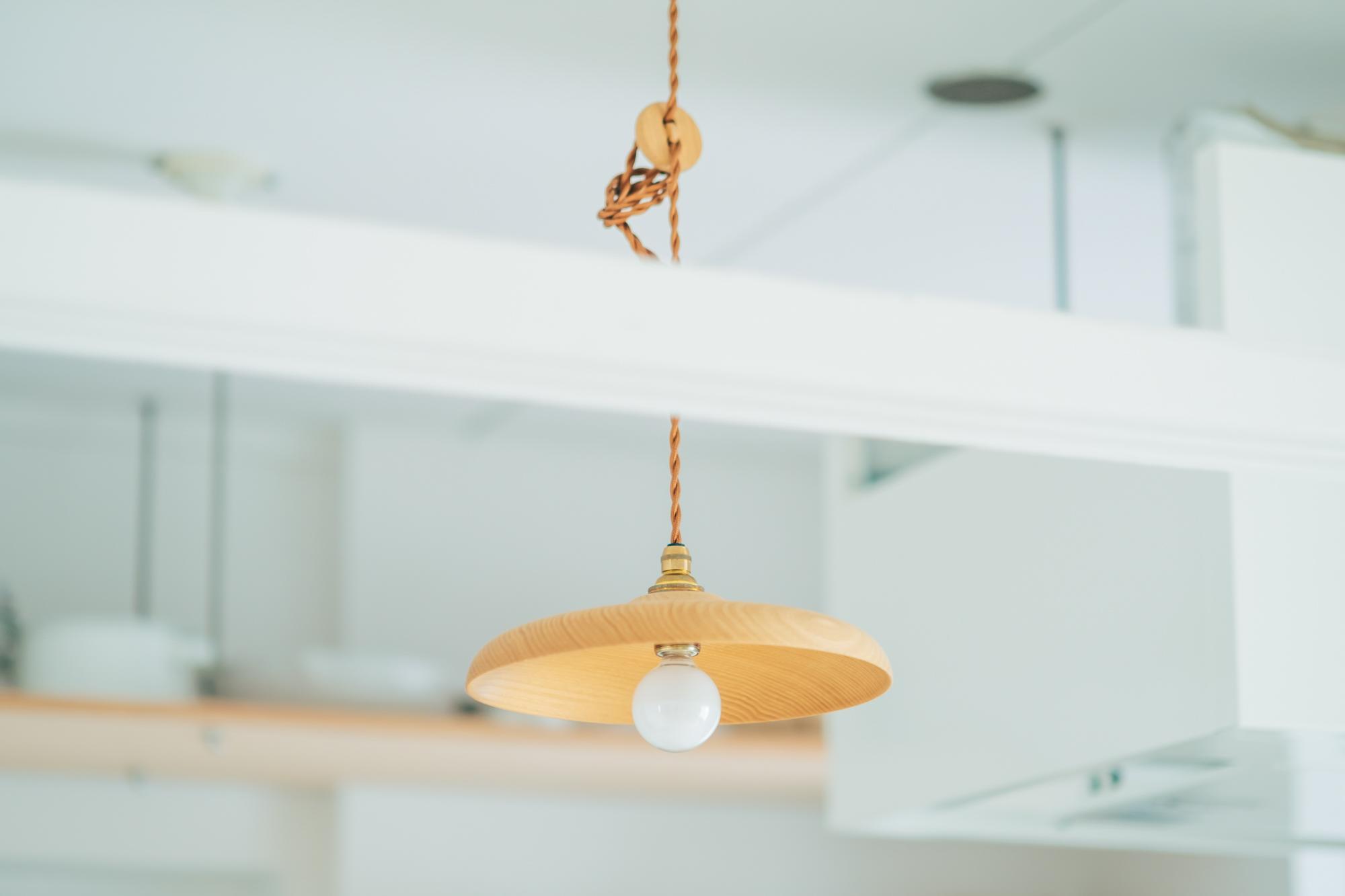 ダイニング・キッチンに吊るされたランプシェードや