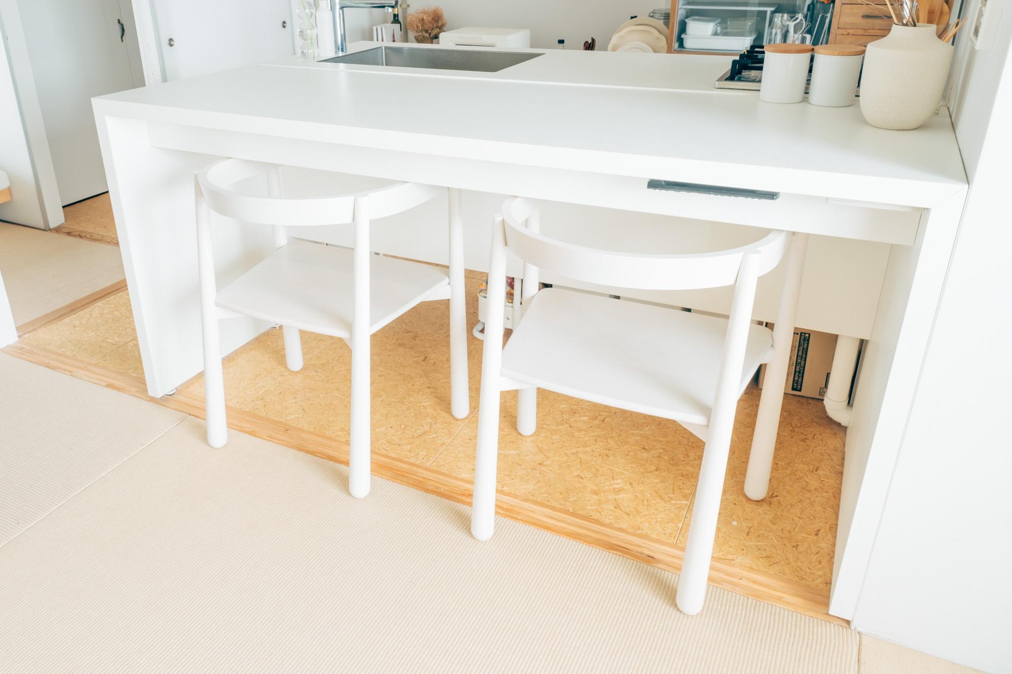 キッチンと合わせて備え付けの白いカウンターテーブル。「たまたま、ぴったりだった」というご家族からいただいたチェアを合わせていらっしゃいます。