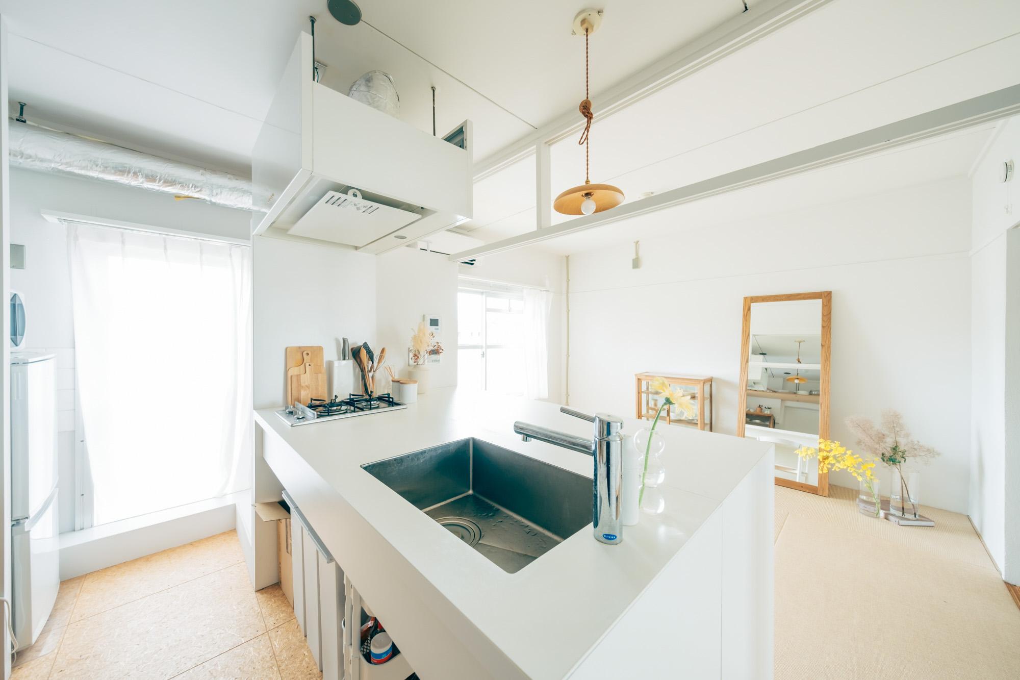 天板やカウンターテーブルの上には余計なものを置かずシンプルに保つことで、インテリアとしても映え、より使いやすそうに見えます。確かに、これは羨ましくなってしまうキッチンですね。