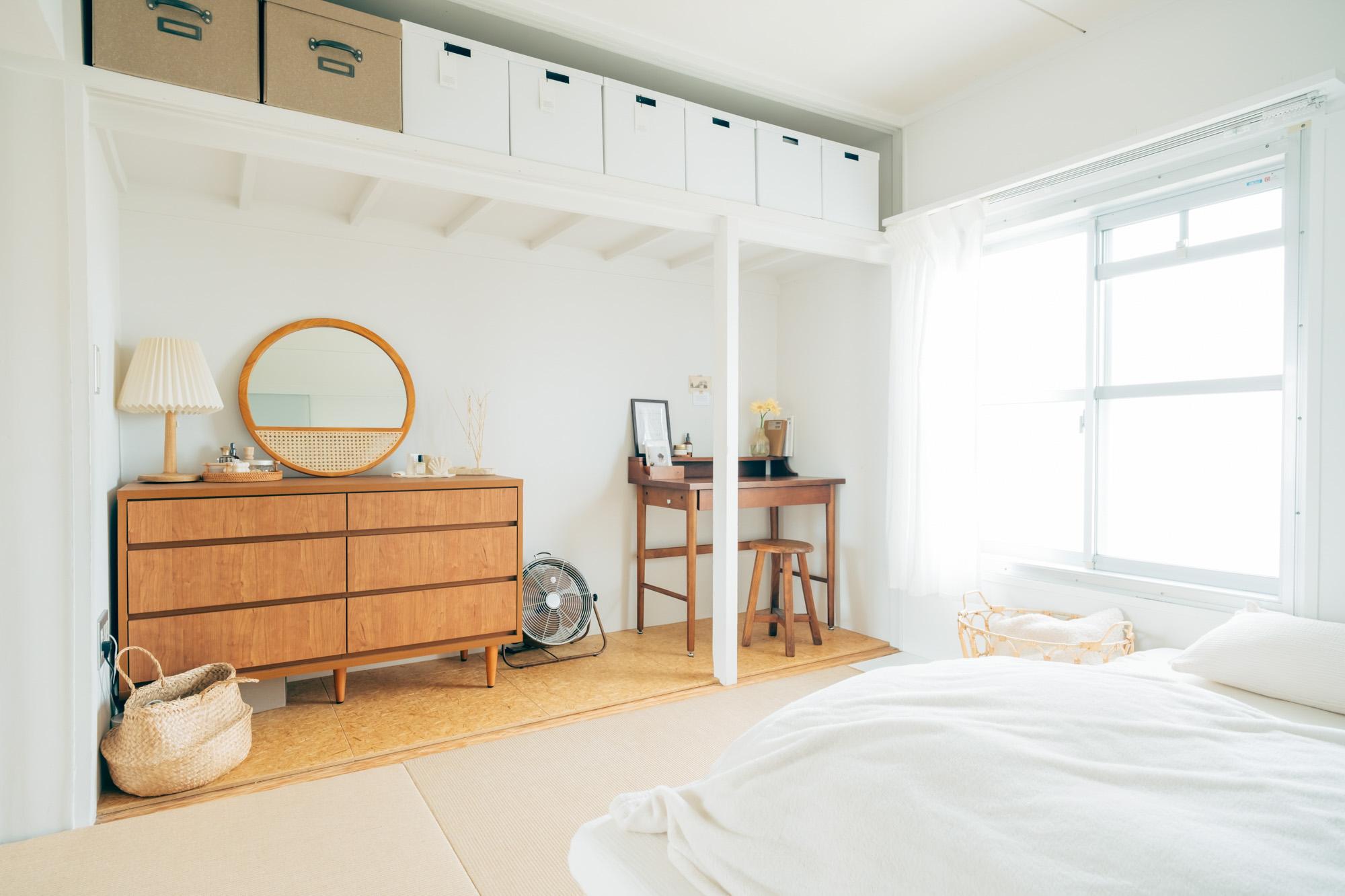 元は押入れだったスペースを自由に活用できるのもMUJI×URのお部屋の特徴。キャビネットやデスクを置いても窮屈さがありません。ベッドはソファがわりにも活用していらっしゃるそう。