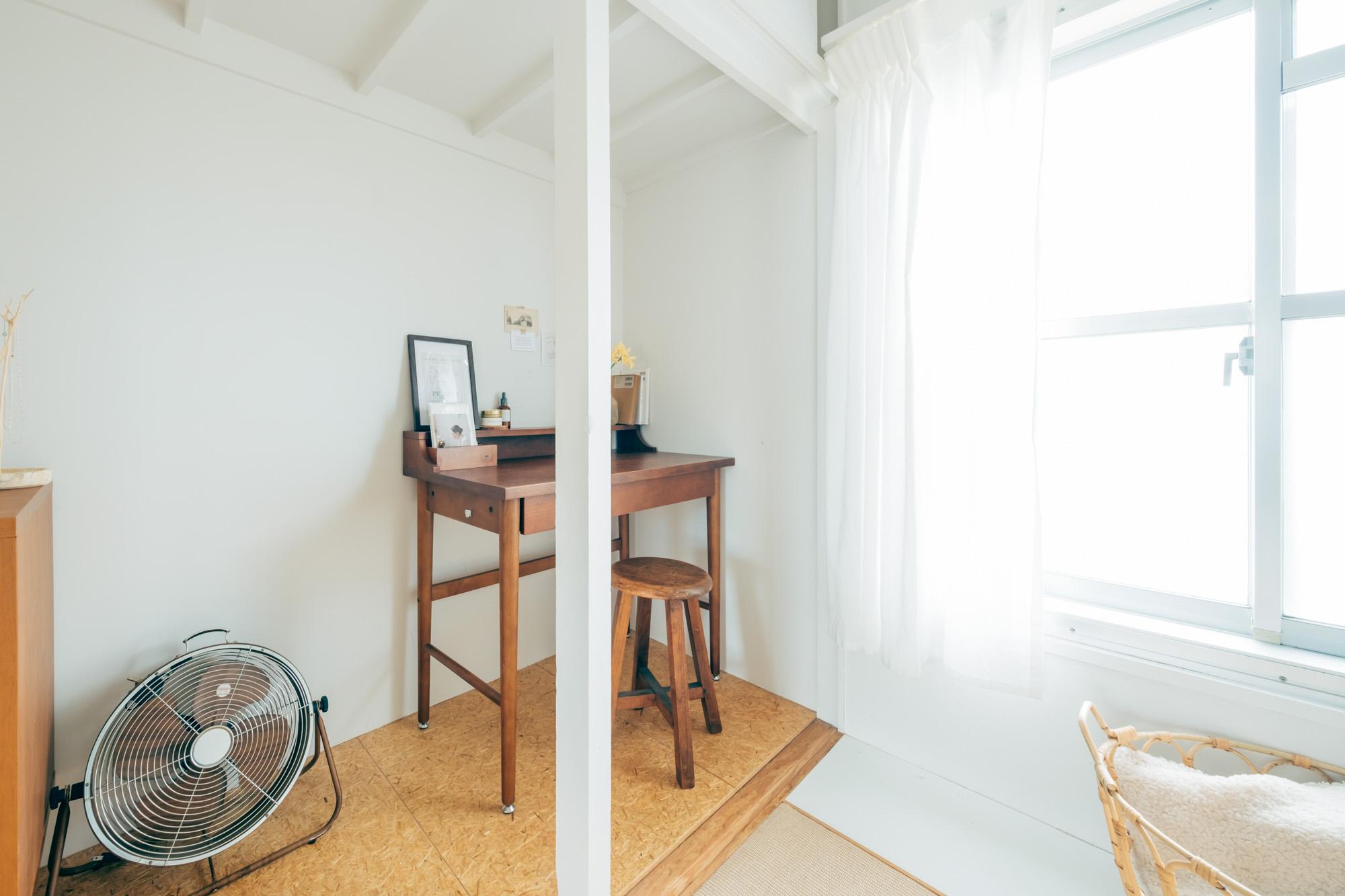 在宅ワークが多くなり、オンラインMTGの際に2人が同じ部屋にいると、音の問題もあったそう。今は、Yuさんが書斎スペース、Mioさんがベッド横のスペースと分かれて仕事ができるようにされています。
