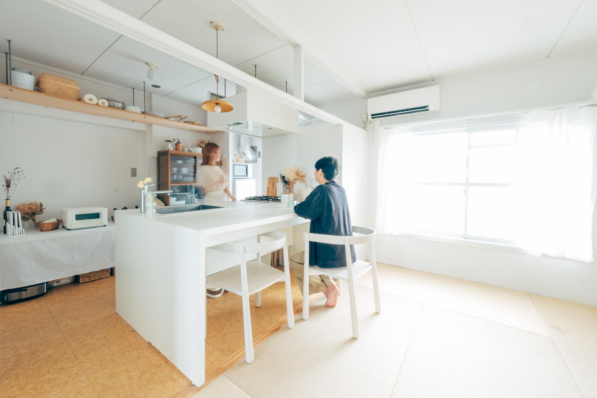 MUJI×URのリノベーション団地で二人暮らし。白を基本に、木のアイテムを加えた2DKインテリア