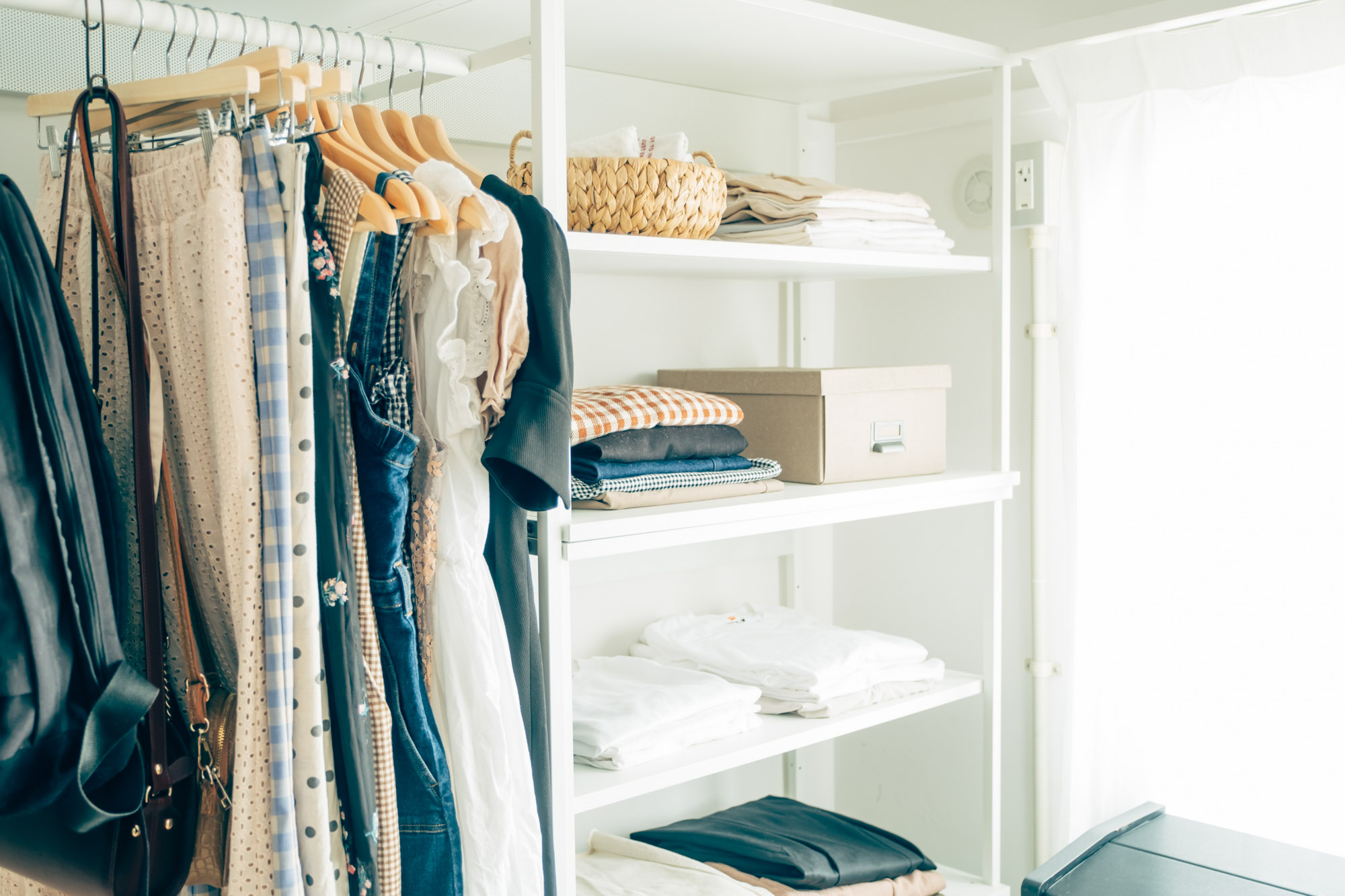 二人分の洋服は、ハンガーラックやオープンな収納棚にしっかり整頓されて収納。