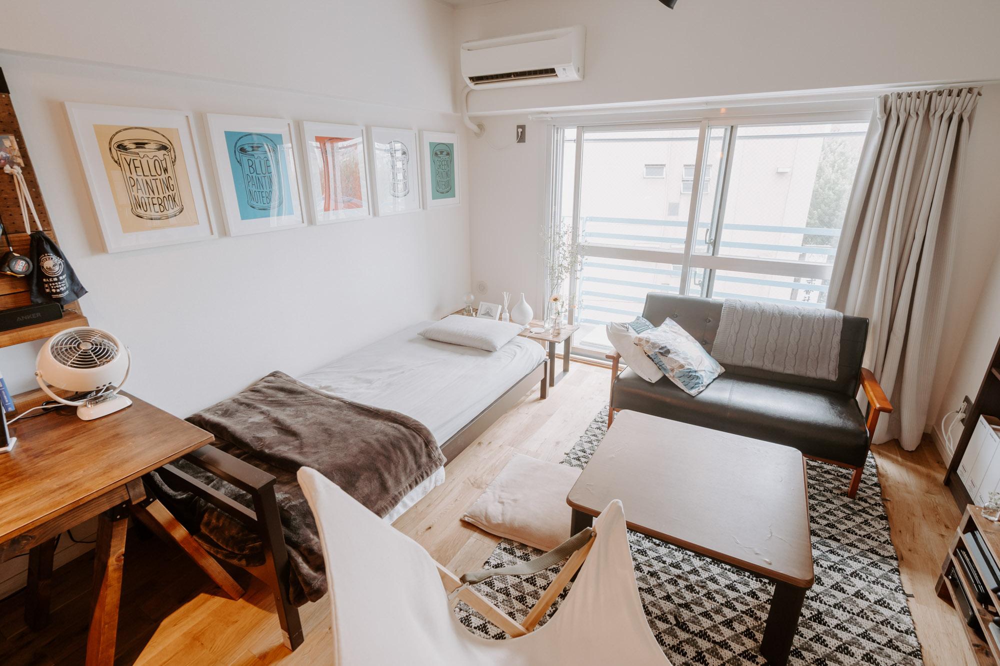 入り口からキッチン、ワークスペース、一番奥にベッドとソファを置いてリラックススペースと、空間を分けて使えるため、細長い間取りは便利だったとのこと。