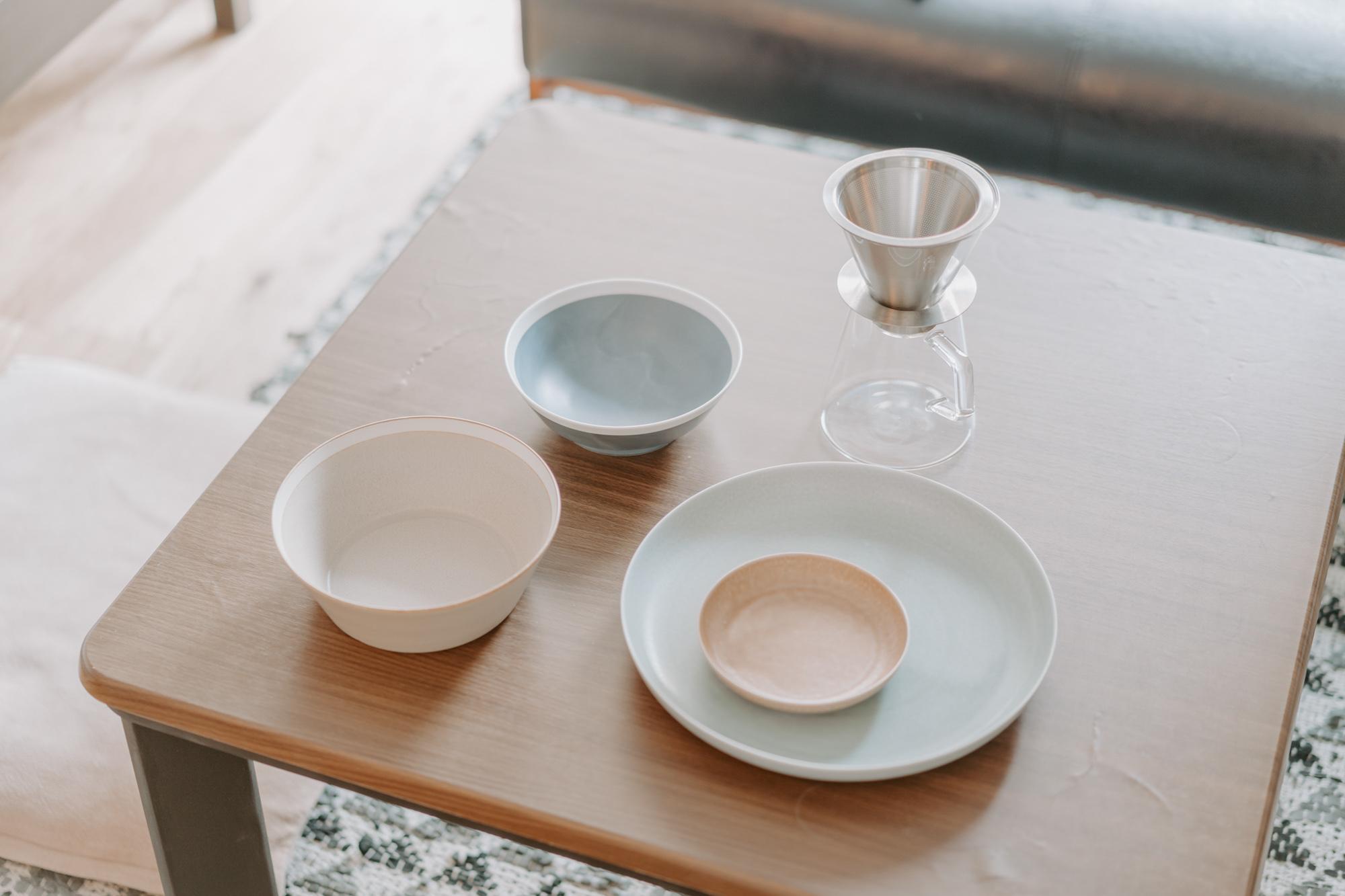 きちんと整頓された棚には、お気に入りの食器が手に取りやすいように収納されています。特に気に入っているのは、KINTOのコーヒーメーカー、イイホシユミコさんの器。