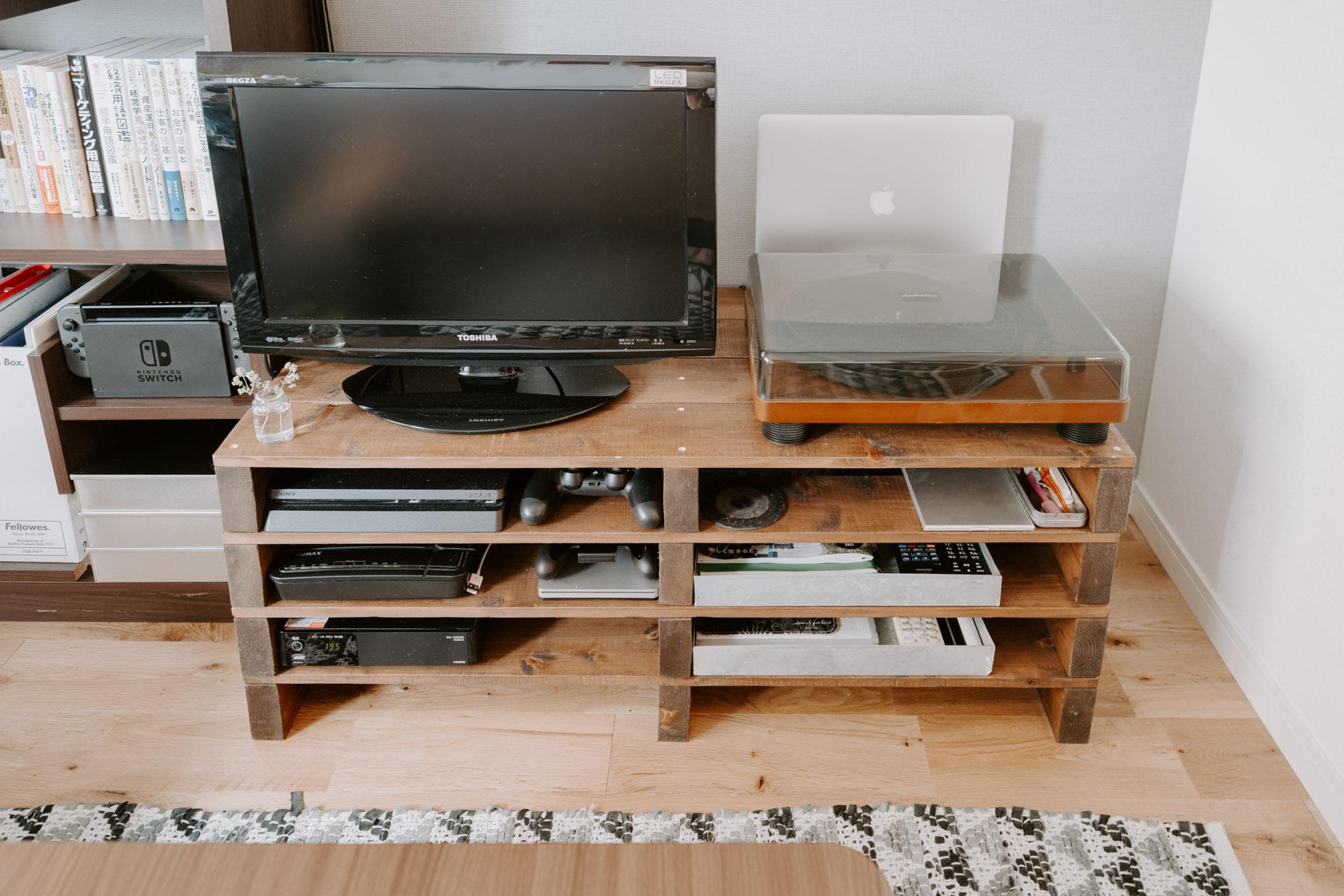 他にもいろいろなところにあるDIYアイテム。こちらは、小さいサイズの木製パレットを4重ねたテレビボード。