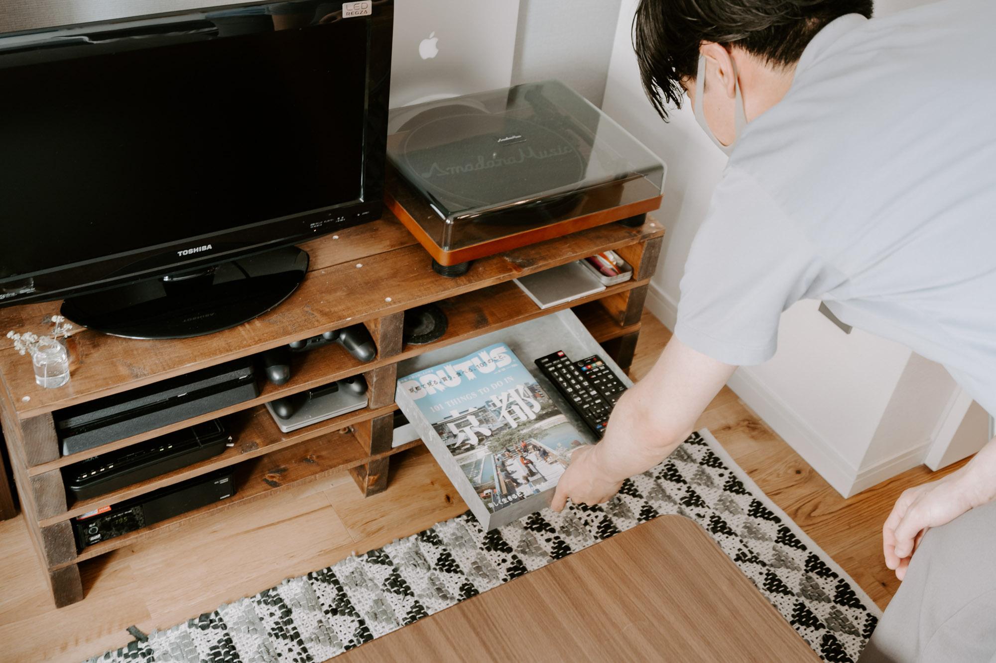 例えば、たまたま見つけたというインド製のトタントレーは、テレビボードの隙間にジャストフィット。