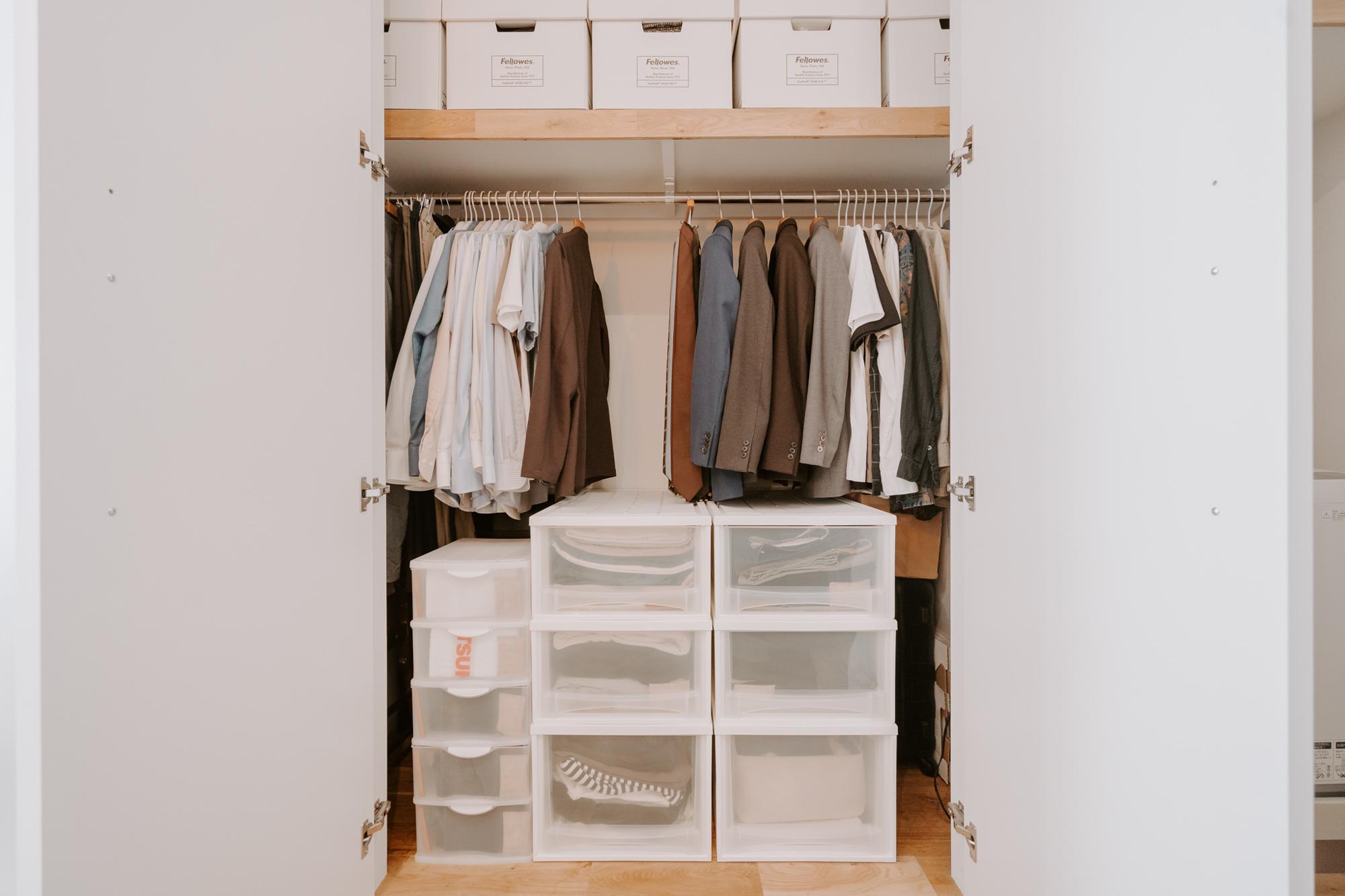クローゼットの中も、収納ボックスのサイズや色を揃えてすっきり整頓。