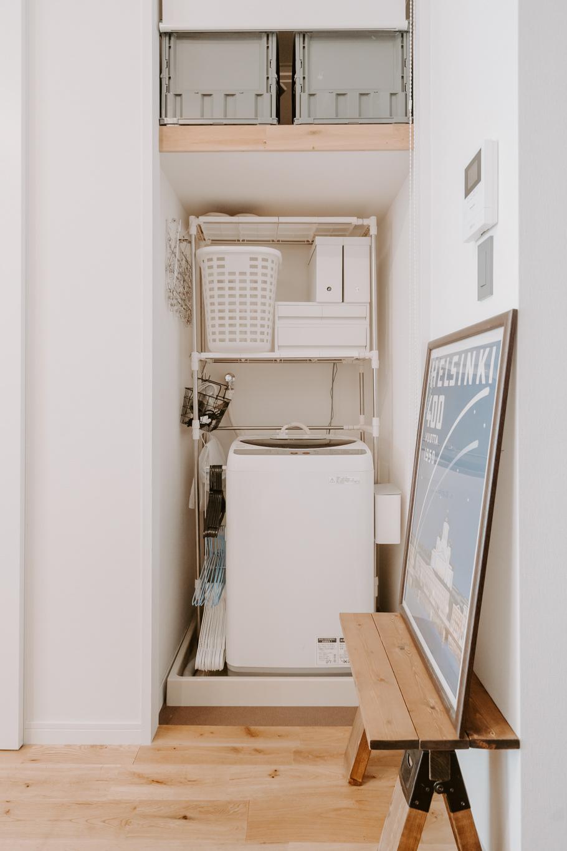 洗濯機の横にマグネットでつけられているのは山崎実業のハンガー収納ラック。細かいものもきちんと居場所を決めているのが伝わってきて、さすがだなと感じました。