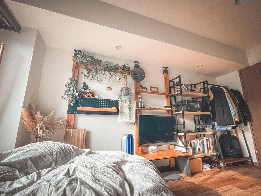 DIYした棚の横には、楽天で購入した棚を自分にちょうどいいサイズの棚板に入れ替えたもの、そしてコーナンで購入されたコートハンガー。