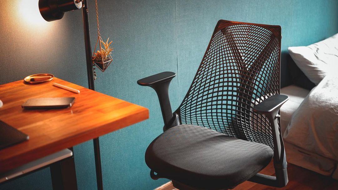 「椅子は若いうちからいいものを使った方がいい」という先輩の教えに従って選んだのは、ハーマンミラーのセイルチェア。デザインもよく、部屋の主役級の存在です。