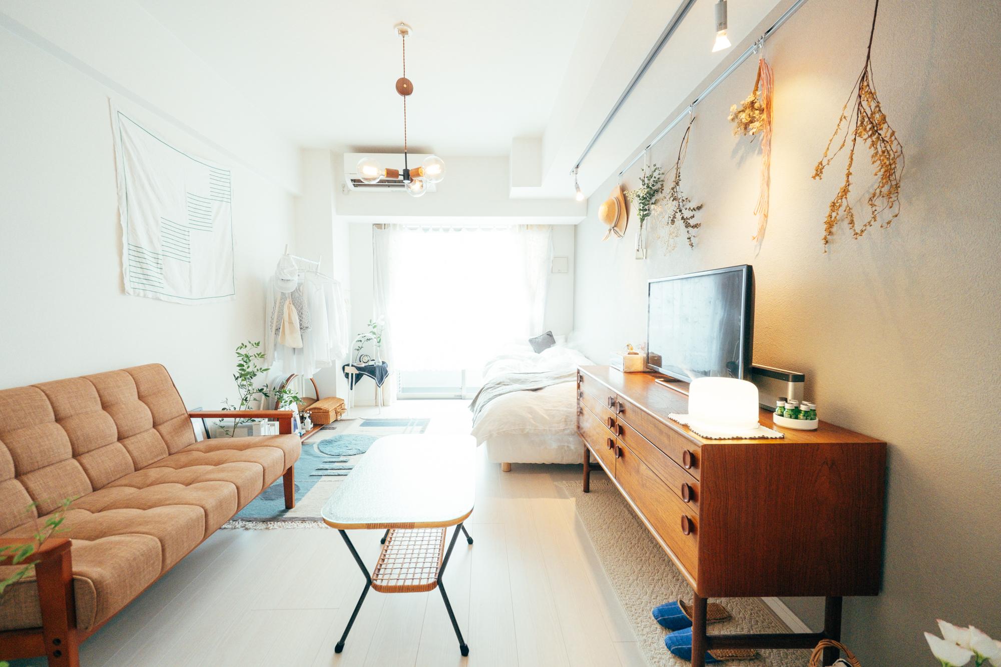 一人暮らしを初めて半年弱というmnmiiさん。8.3畳のお部屋は白が基調で、お部屋の主たる色として大きな役割を果たしている茶系統の色合いは、木製のインテリアでも木々の色合いを精選したものだそう。