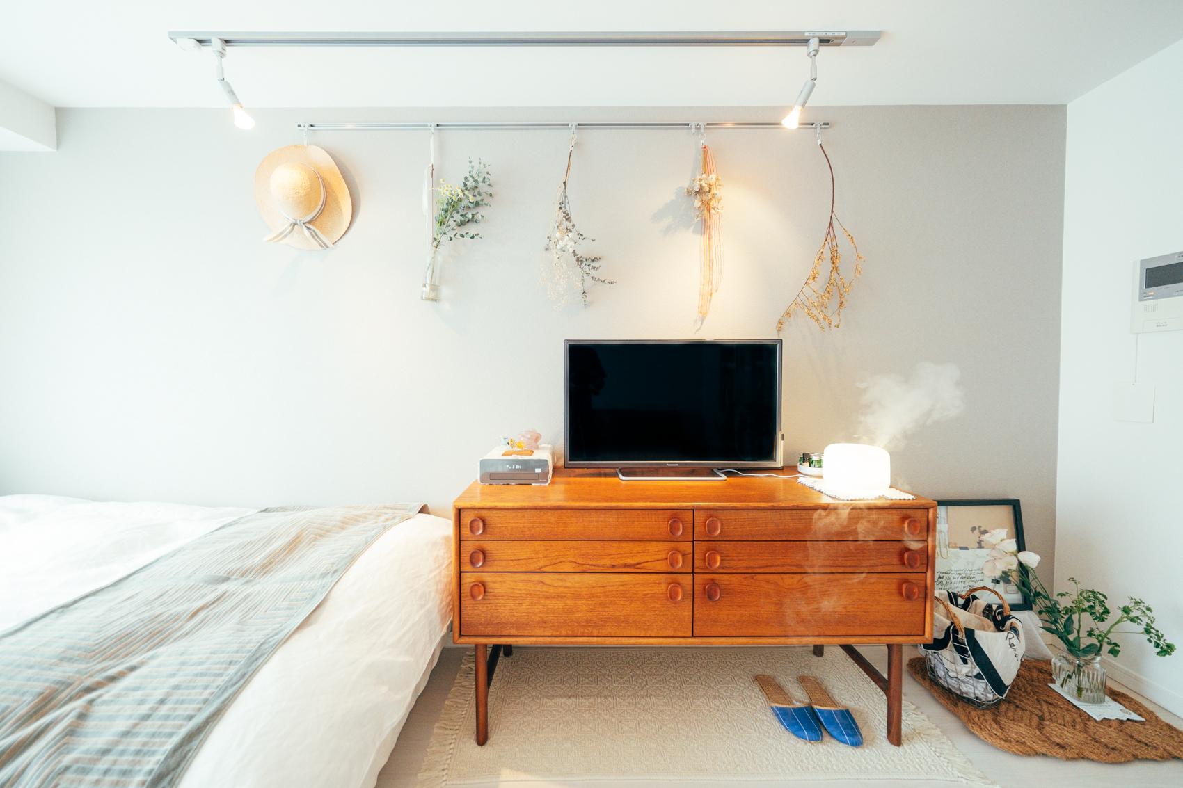 テレビボードは多くのインテリアメーカーをネット上で巡りながらRoccaにて見つけられたもの。 「部屋の中で必ず目に入るものなので妥協したくなくて、色合いやデザインはもちろん機能性で選びました。」